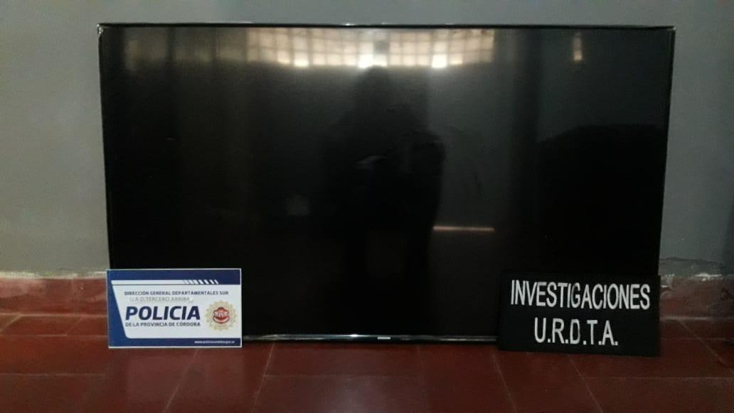 ROBARON UN TV LED DEL CLUB VECINOS Y AL VER EL MÓVIL LO DEJARON