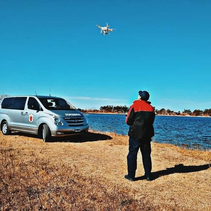 Bomberos Voluntarios de nuestra Ciudad continúan con la Búsqueda de la mujer desaparecida con Canes, Drones, Kayak , Vehiculos.