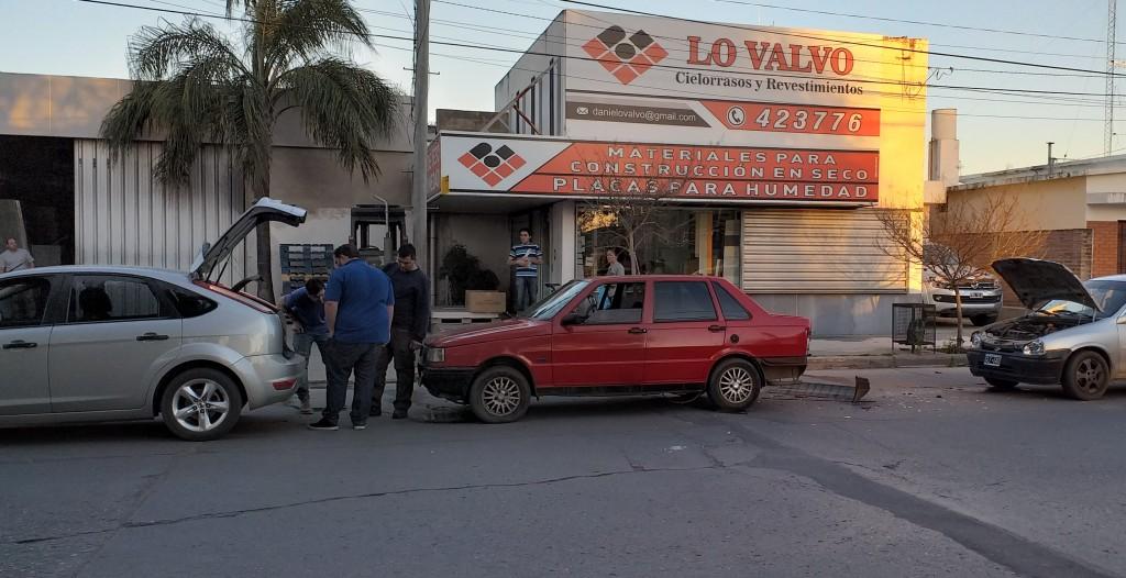 Accidente de tránsito participaron tres vehículos.